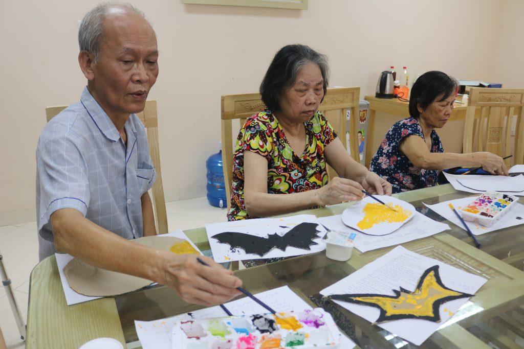 Ông Lâm và Bà Hoạt đang trang trí con dơi và quả bí ngô