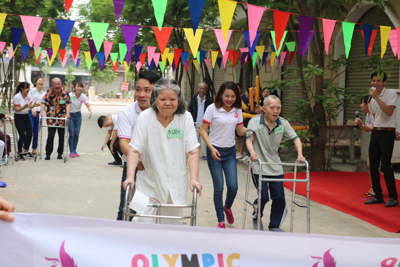 Cụ Cẩm trong cuộc thi Olympic do trung tâm Dưỡng lão Diên Hồng tổ chức