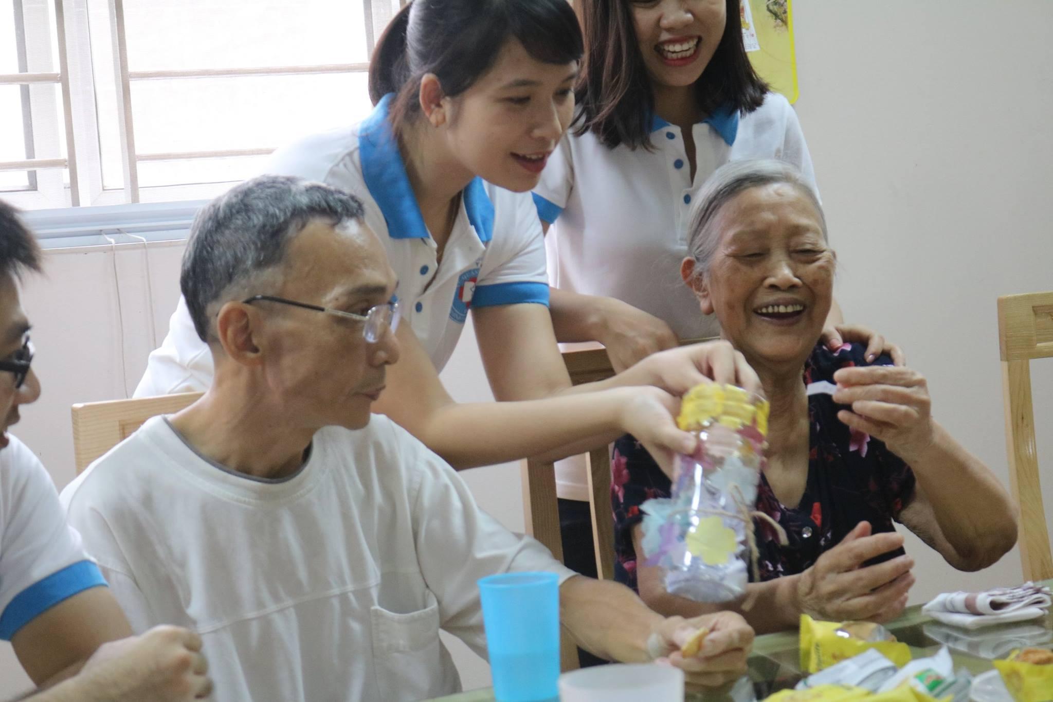 Bà Dung tham gia giao lưu cùng đoàn thanh niên cục quản lý dược
