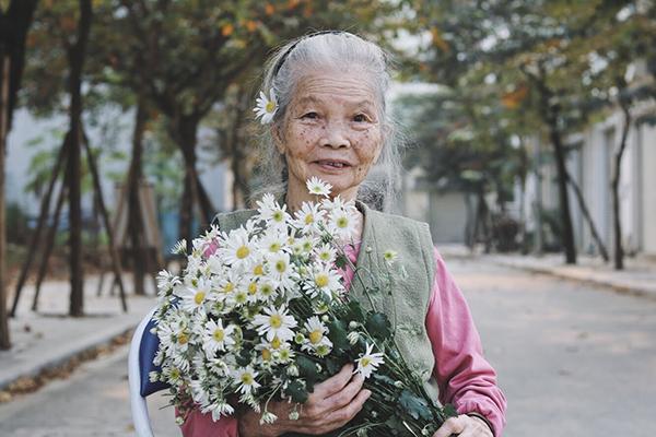 Thế nhưng, ở trung tâm dưỡng lão, bà Hòa thường xuyên ánh lên vẻ vui tươi, thường xuyên nở nụ cười khi được các nhân viên trêu đùa. Điều này khiến gia đình vô cùng hạnh phúc mỗi khi nhìn thấy ảnh bà rạng rỡ trên mạng xã hội.