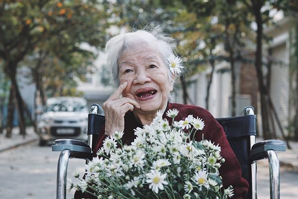 Bà Đặng Thị Mai năm nay đã 97 tuổi nên chẳng còn minh mẫn như những ông bà khác. Đặc biệt, vốn là người thích sự sạch sẽ nên không phải hoạt động nào bà cũng tham gia cùng mọi người được.