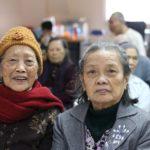 Bà Dung (bên trái) chụp ảnh cùng bà Tín dịp Noel