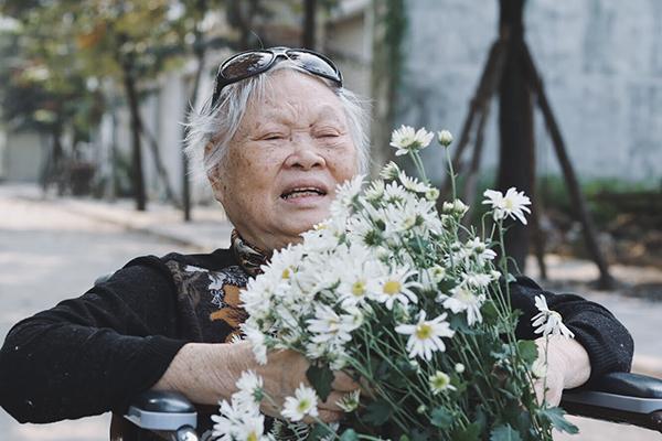 Bà Vũ Thị Nhu (79 tuổi), vừa mới vào trung tâm từ hồi tháng 9 năm nay. Bà bị tiểu đường, đi lại hơi yếu nên được gia đình đưa vào trung tâm để được chăm sóc tốt hơn. Thường ngày, bà là người rất ít cười, chẳng bao giờ thể hiện gì. Ai nhìn vào cũng nghĩ rằng, bà rất khó tính và khó gần. Tuy nhiên, bà Nhu lại là người sống cực kỳ tình cảm, luôn quan tâm đến mọi người xung quanh. Các nhân viên trung tâm còn cho biết, trong khi các cụ khác không nhớ hết tên điều dưỡng thì bà Nhu lại nhớ hết.