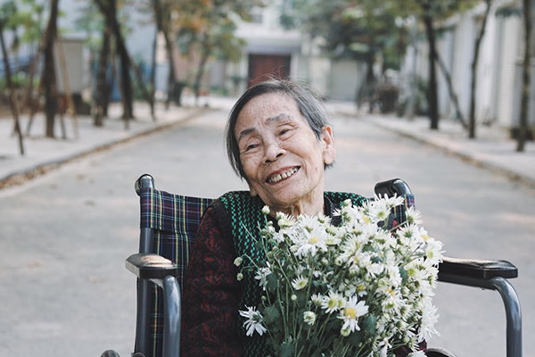 Khác với bà Nhu, bà Trần Thị Bảo (87 tuổi, ở Nam Định) là người rất vui tính, hay cười và thích hát. Cứ mỗi lần nhìn thấy máy ảnh, bà sẽ ngay lập tức nở nụ cười với nhân viên.