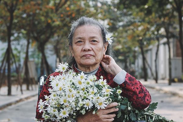 Bà Huỳnh Thị Tín (86 tuổi, quê ở Bình Định), ra Hà Nội sinh sống đã lâu. Ở trong căn nhà tầng nhiều bậc, bà lại già yếu, chân đi chẳng vững, bà Tín đã chủ động đề nghị con cháu cho bà vào trung tâm sinh hoạt cùng mọi người. Thời gian đầu xa gia đình, bà khá buồn và nhớ mọi người. Nhưng rồi, khi cảm nhận được niềm vui, năng lượng tích cực tỏa ra từ trung tâm, từ những người lạ dần quen biết, bà ngày một thích nghi hơn.