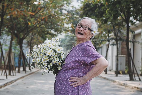 Bà Vũ Thị Yên có thời gian gắn bó với trung tâm lâu hơn. Bà đăng ký ở dài hạn ở đó. Tuy nhiên, cứ mỗi tuần, bà lại được con cháu đón về gia đình chơi.