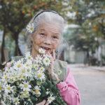Bà Nguyễn Thị Hòa năm nay đã 85 tuổi. Vốn là giáo viên mầm non nên bà rất thích được mọi người gọi cô xưng em. Bà Hòa là người ít nói, thậm chí đến con gái cũng phải thừa nhận rằng, bà chẳng hay cười.