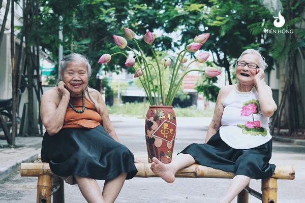 U90 chụp ảnh áo yêm bên hoa sen